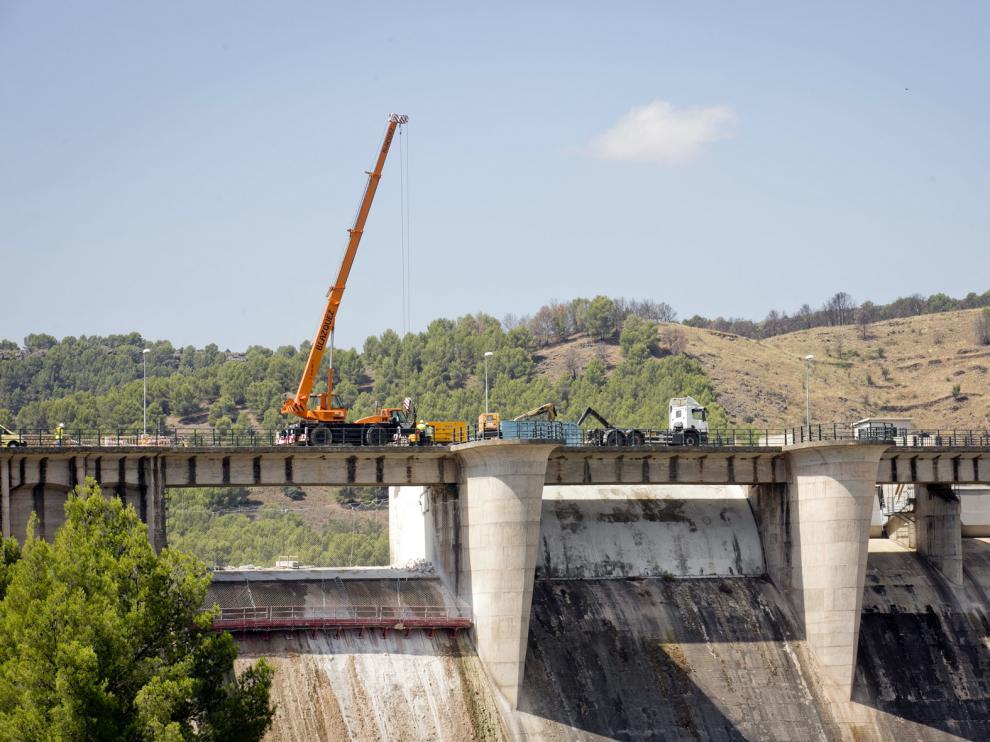El accidente se ha producido en la presa de La Tranquera, cuando se descargaba una máquina que transportaba el camión.