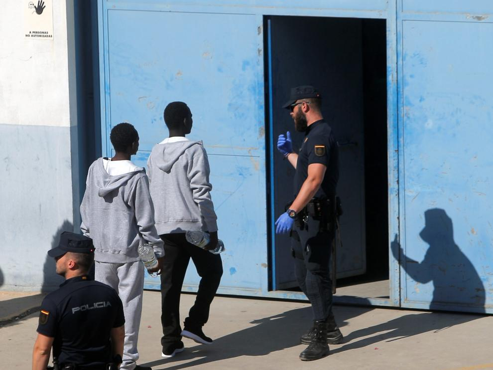 A todos los extranjeros llegados se les reservó hora en las oficinas de extranjería para facilitar los trámites de petición de asilo, que han seguido 37 extranjeros.