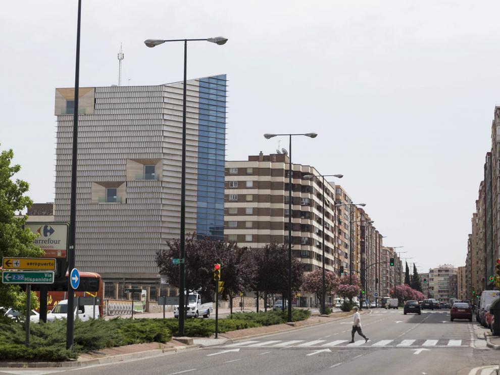 La avenida de Navarra está dominada por el tráfico rodado
