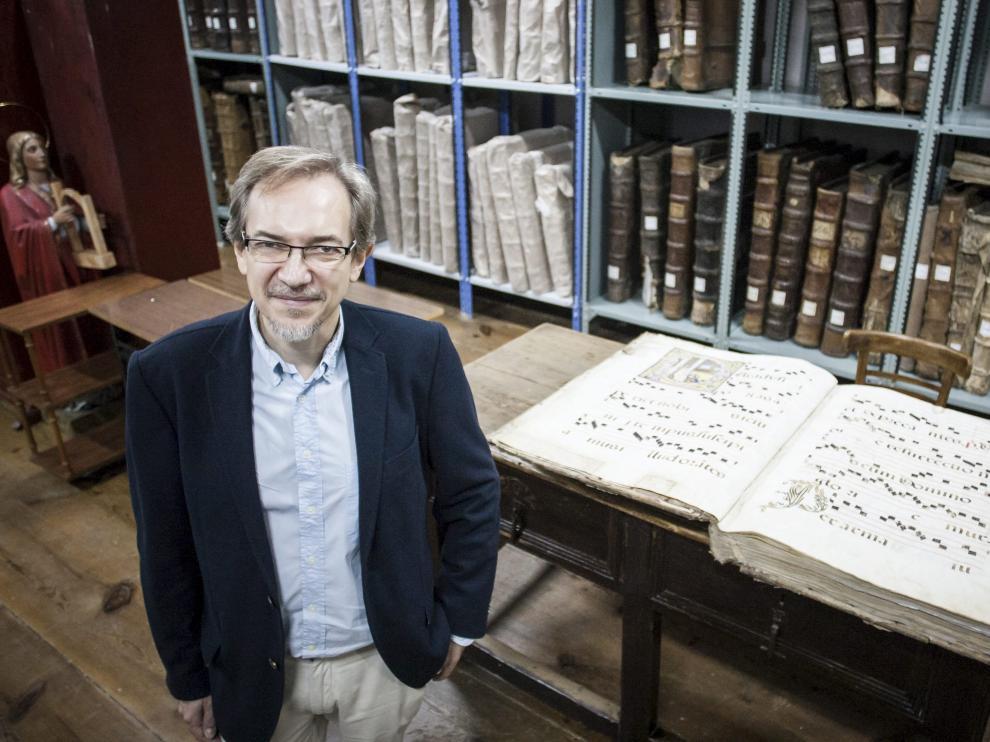 Luis Antonio González, investigador musical, en uno de los archivos en los que desarrolla su labor.