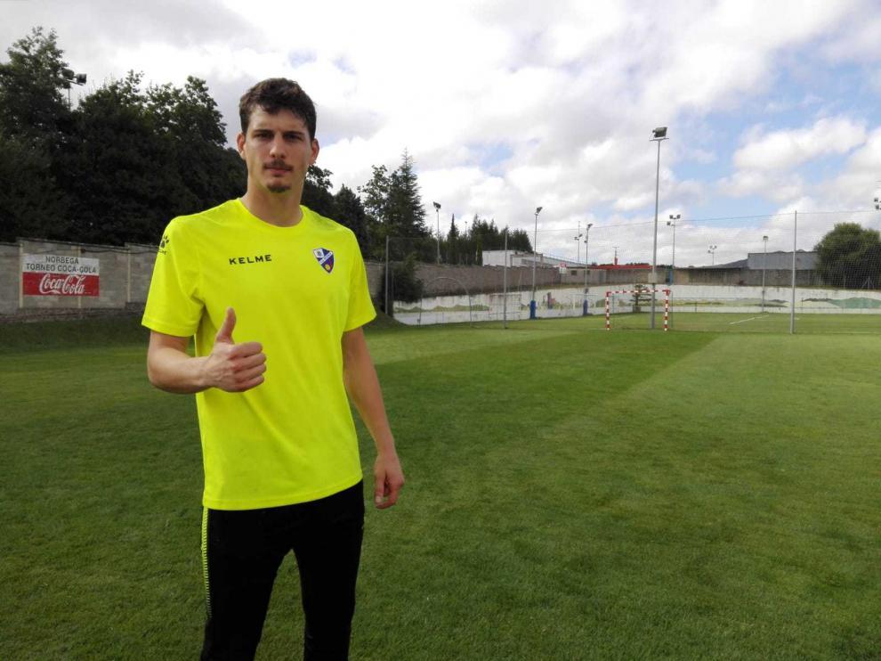 Werner posa a la conclusión del entrenamiento matinal de este viernes del Huesca en Vitoria, en las instalaciones de Olaranbe.