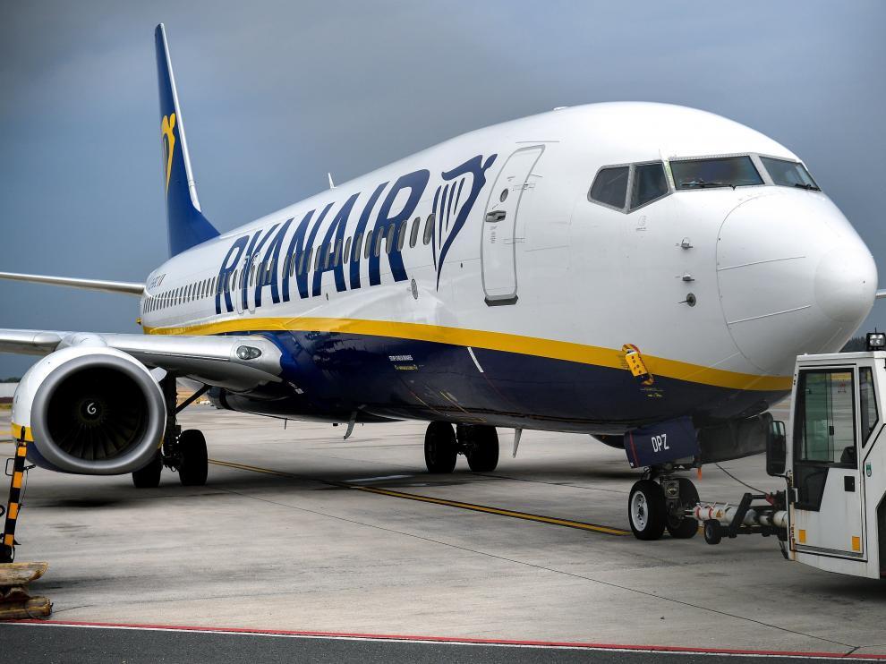 Los pasajeros tuvieron que pasar unas seis horas esperando a bordo del avión antes de ser trasladados al aeropuerto.