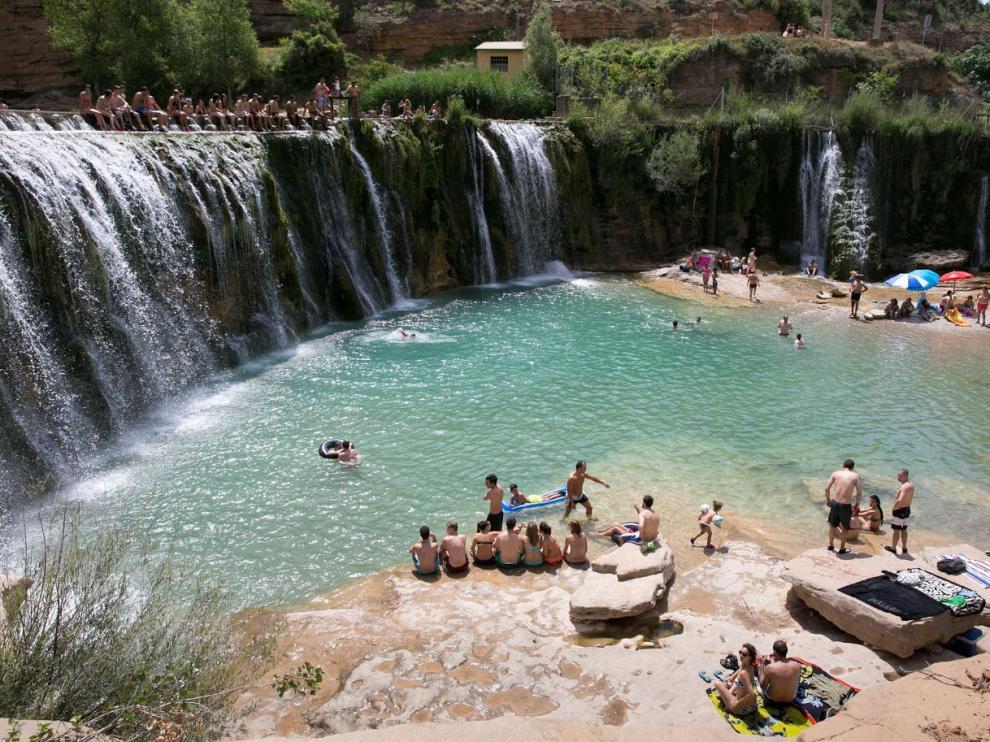 Bañistas y turistas en el azud y salto de Bierge, en la provincia de Huesca.