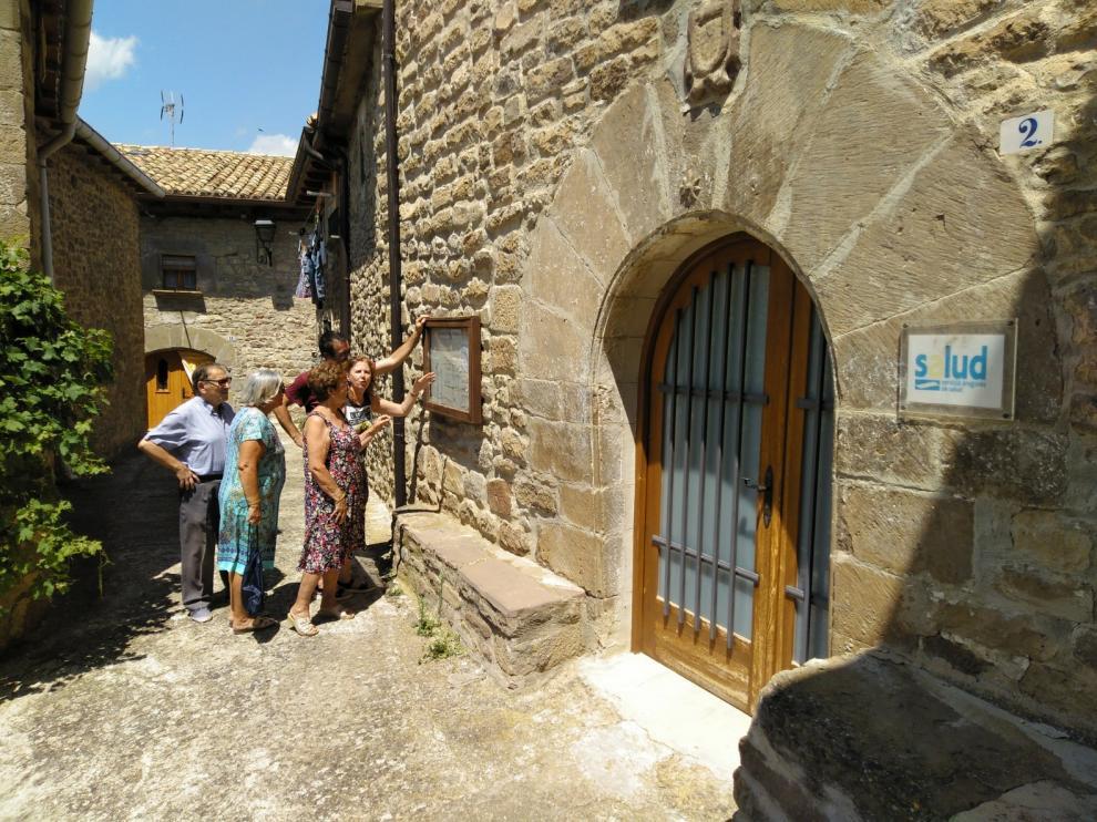 Vecinos de Urriés consultan los nuevos horarios médicos, vigentes durante el verano