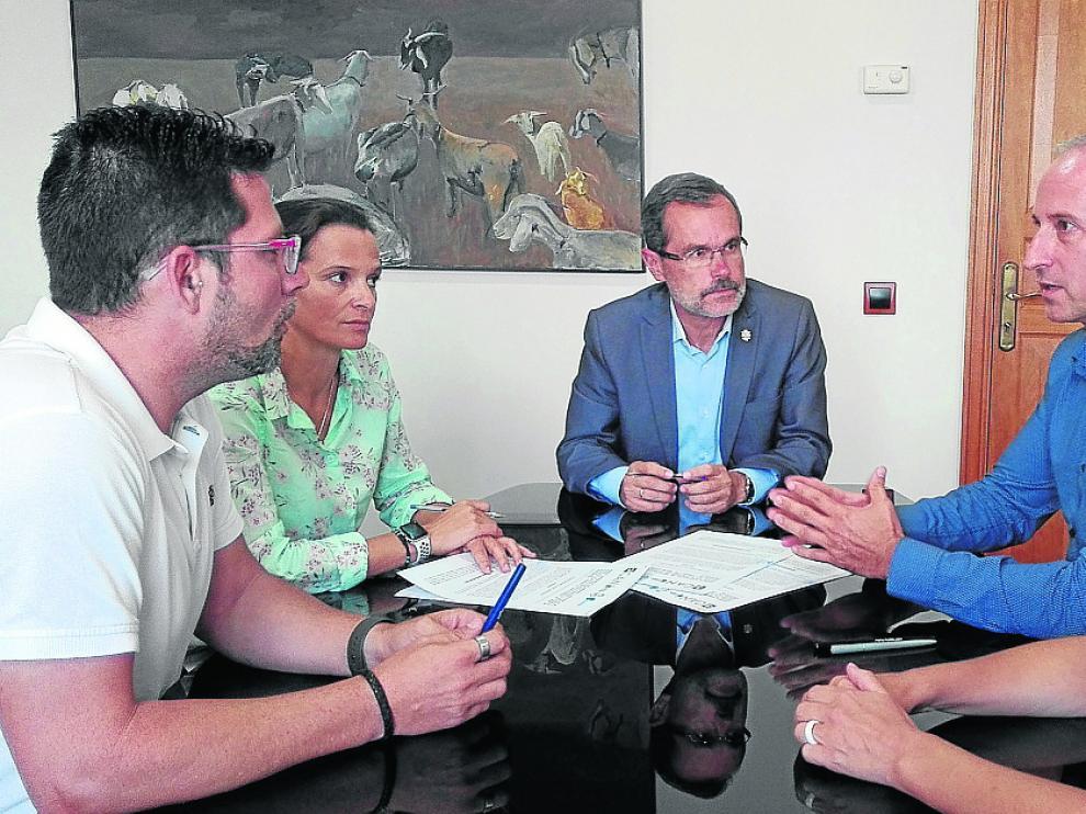 Isaac Navarro, director general de Contazara –a la derecha, de azul–, se dirige al presidente del Cabildo de Fuerteventura, Marcial Morales –centro–, y otros directivos canarios.