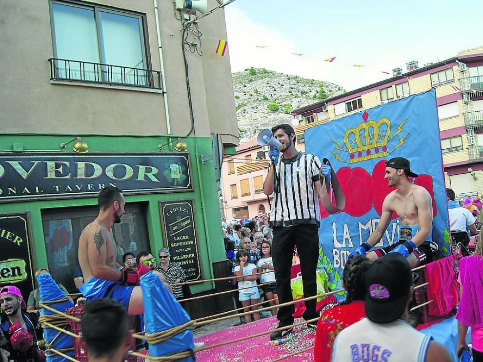 Las calles de Castellote fueron testigos de varios combates de boxeo en directo.