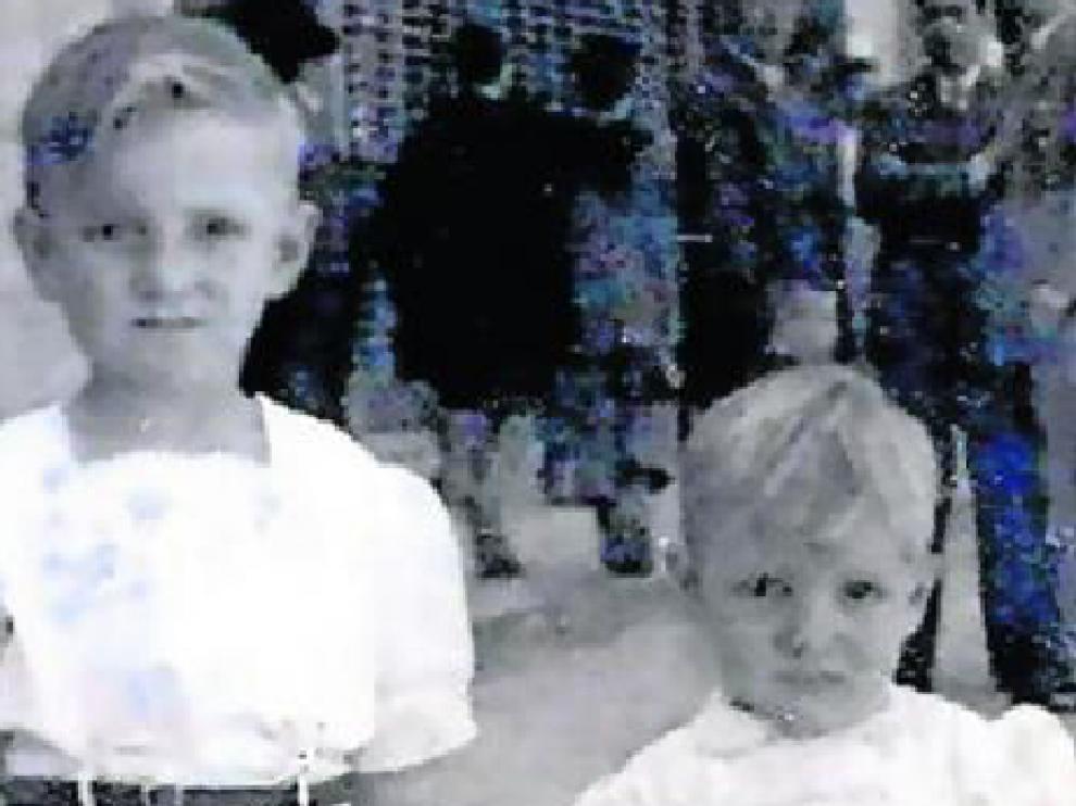 Natalio Bayo, con su hermana, un domingo de verano en Tudela.