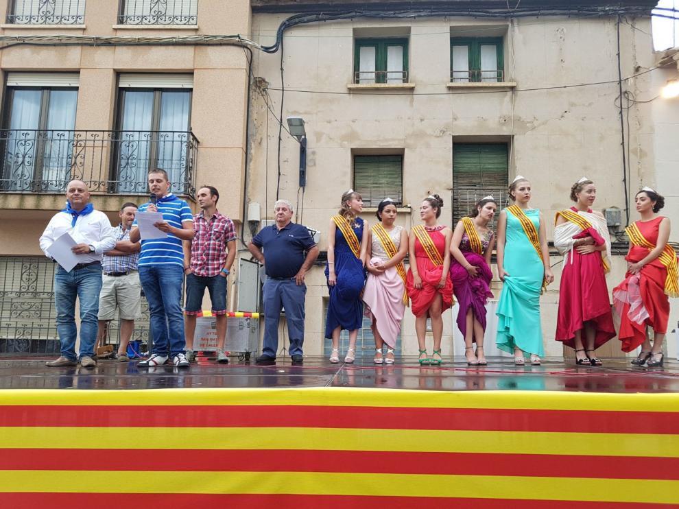 Los pregoneros acompañados de las reinas de las fiestas el durante el pregón.