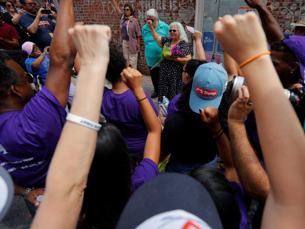 Varios líderes locales recuerdan en Charlottesville a víctimas de la marcha neonazi.