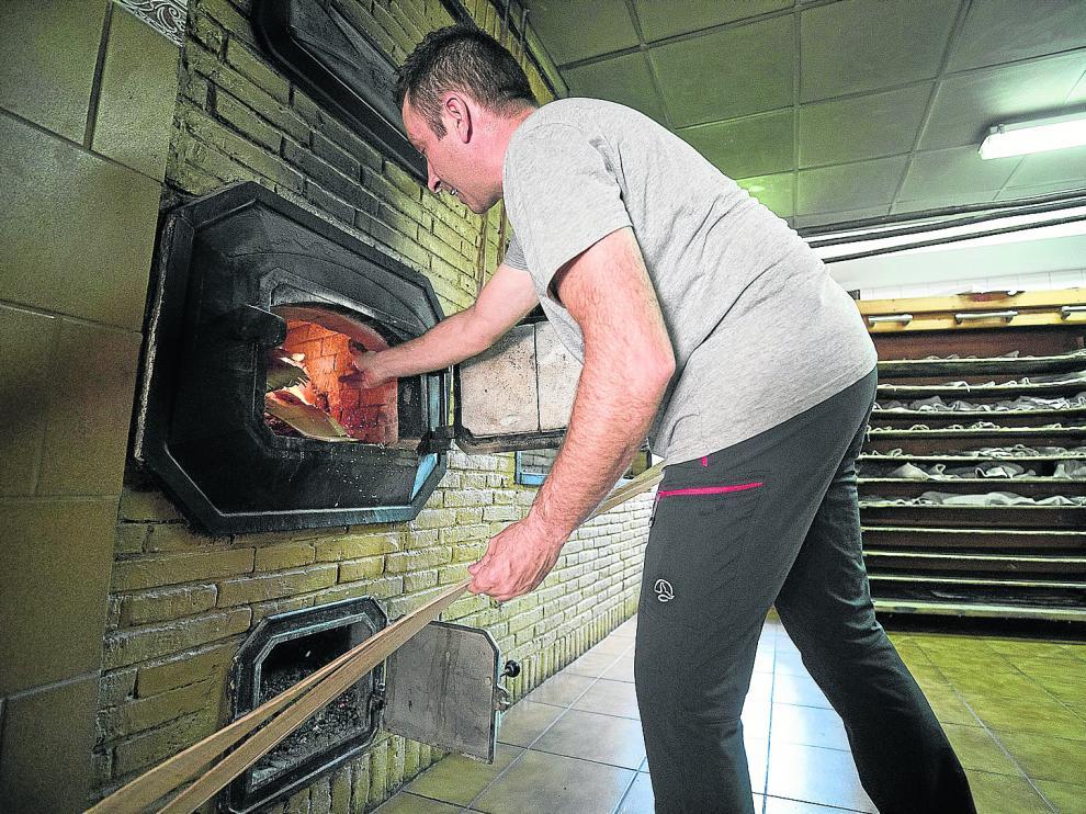 David Muñoz, el panadero de Biel, en el horno de leña de su establecimiento.