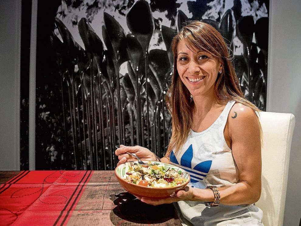 La atleta Isabel Macías cuida su alimentación por motivos deportivos, pero se confiesa aficionada al queso y dispuesta a salir para comer algún bocadillo.