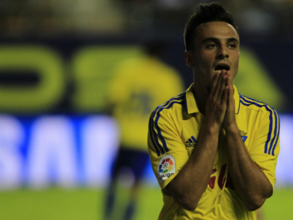 Álvaro García se lamenta durante un partido con el Cádiz CF.