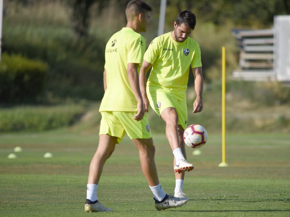 Algunos futbolistas del Huesca, durante un entrenamiento.