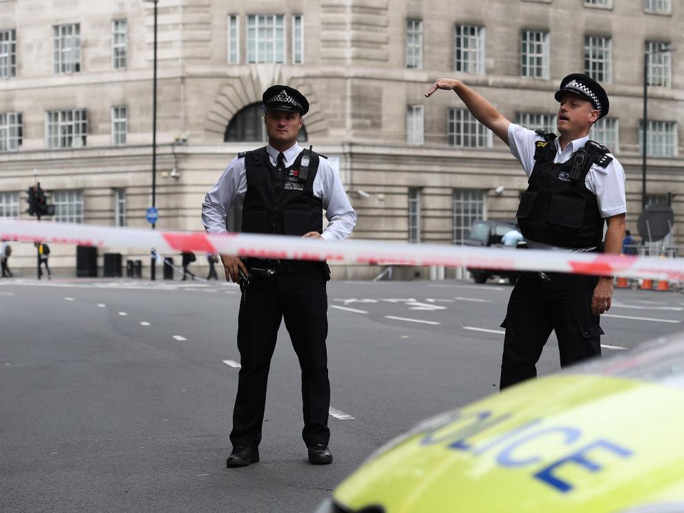 Un vehículo ha atropellado a varias personas y se ha estrellado contra el Parlamento británico.