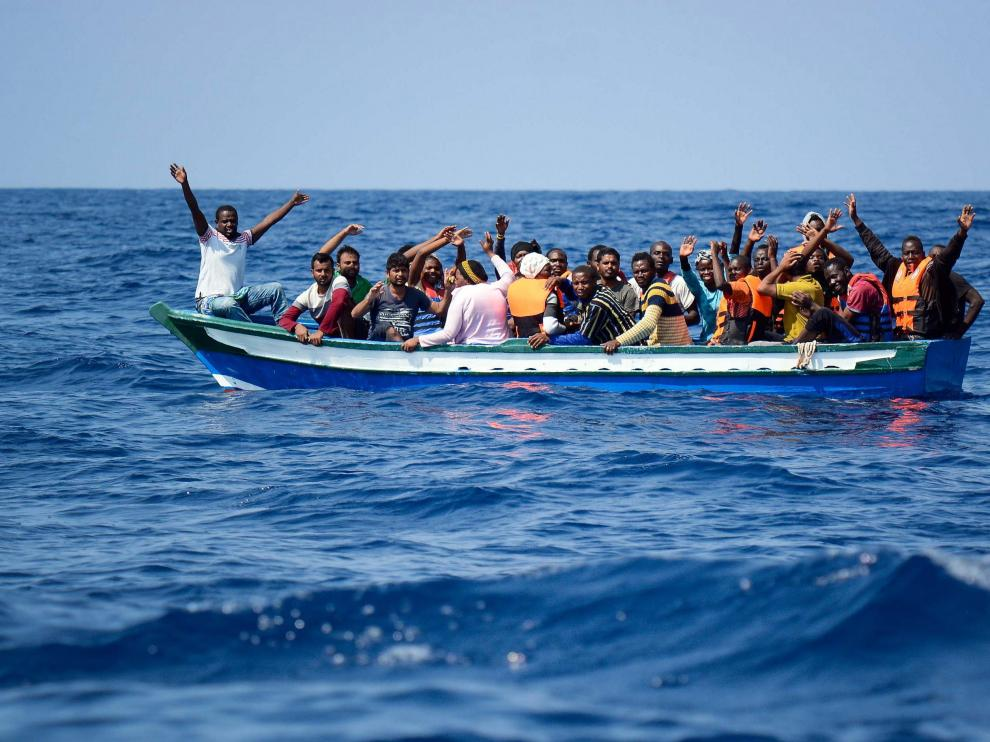 Inmigrantes siendo rescatados para ser llevados a bordo del Aquarius.