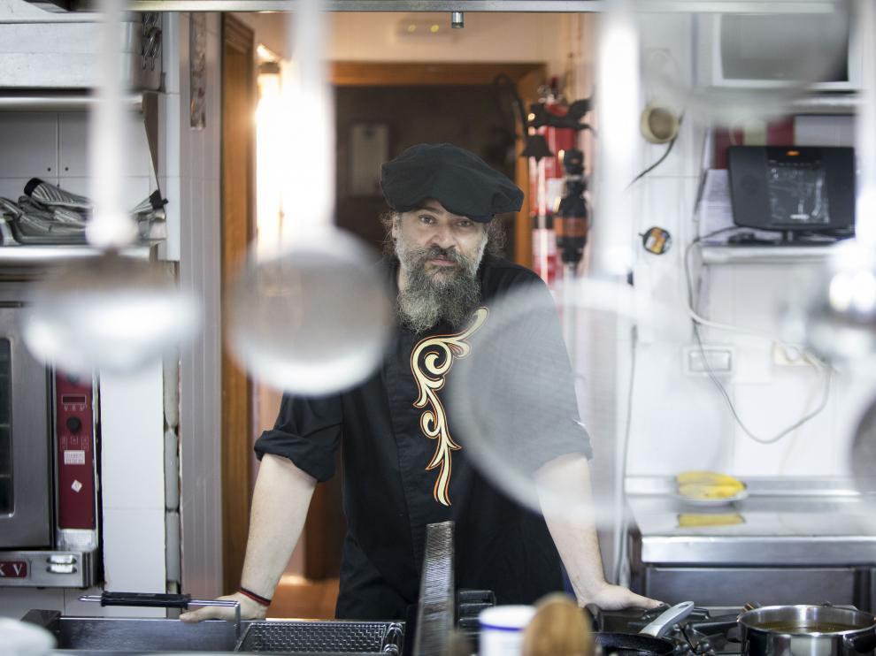 Joan Rosell, chef, en la cocina del restaurante La Encantaria