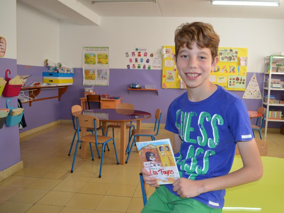 Gabriel Bonilla con su primer libro publicado.