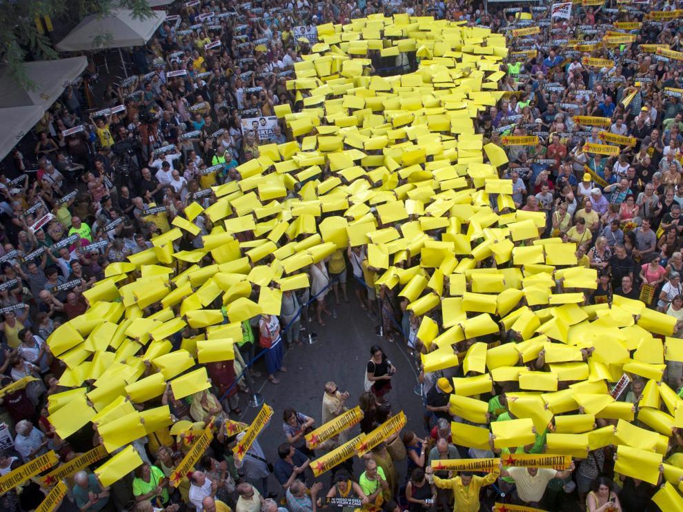 Simpatizantes de la ANC y Ómnium Cultural asisten a la concentración en la plaza de la Vila de Gràcia con motivo de los 10 meses de encarcelamiento de Jordi Sánchez y Jordi Cuixart.