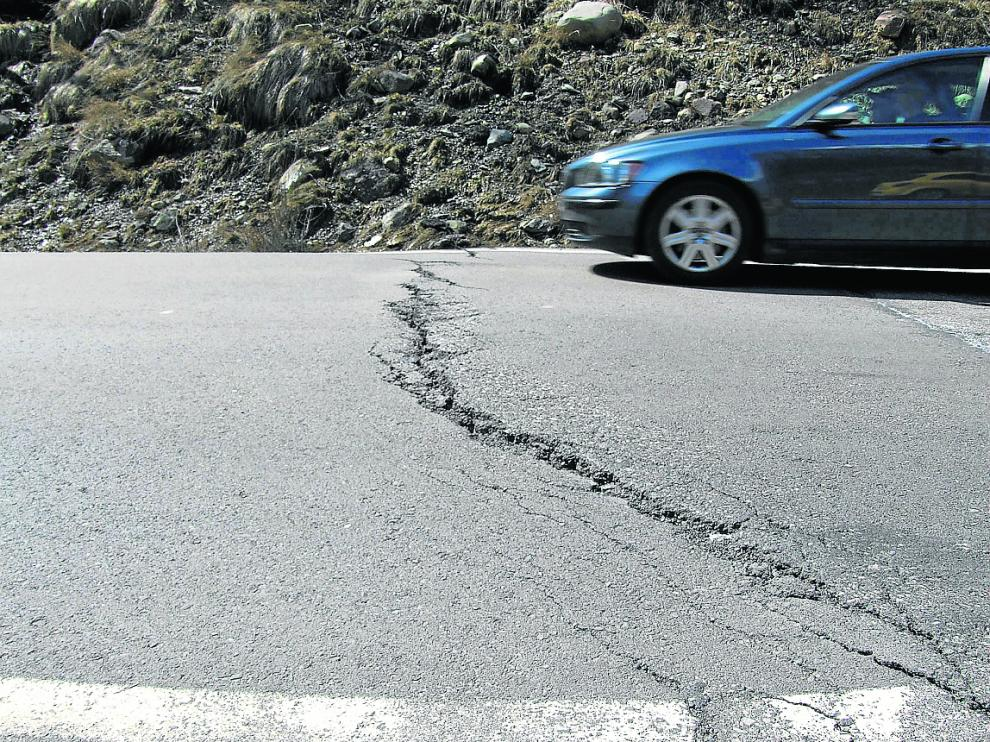 Una enorme grieta en una tramo de la carretera autonómica A-136, en la provincia de Huesca.