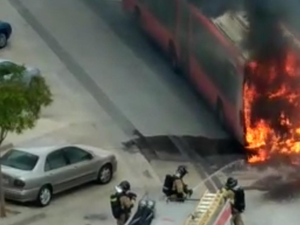 Los Bomberos de Zaragoza sofocando el fuego.
