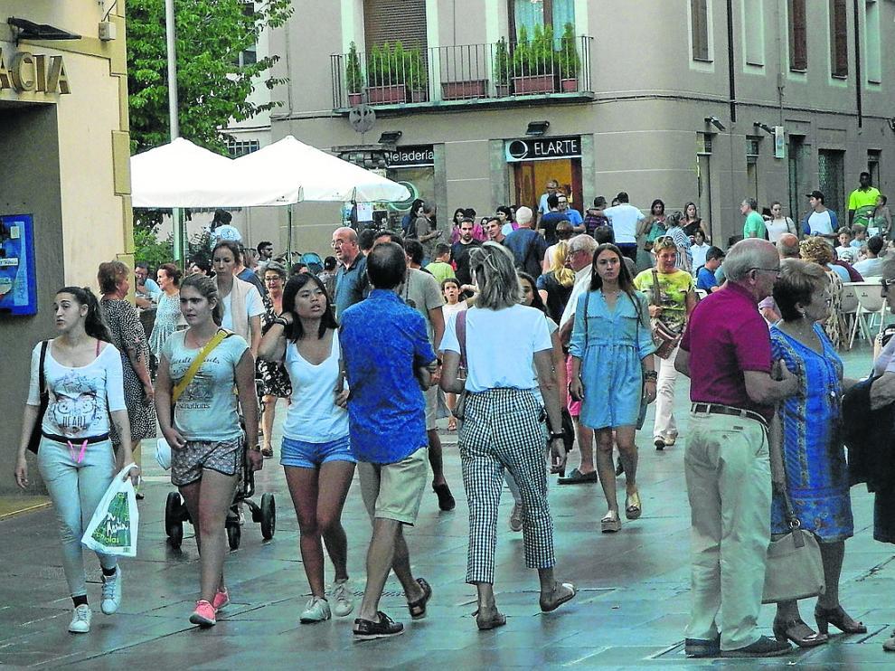 Los alrededores de la catedral de Jaca, ayer repletos de turistas.