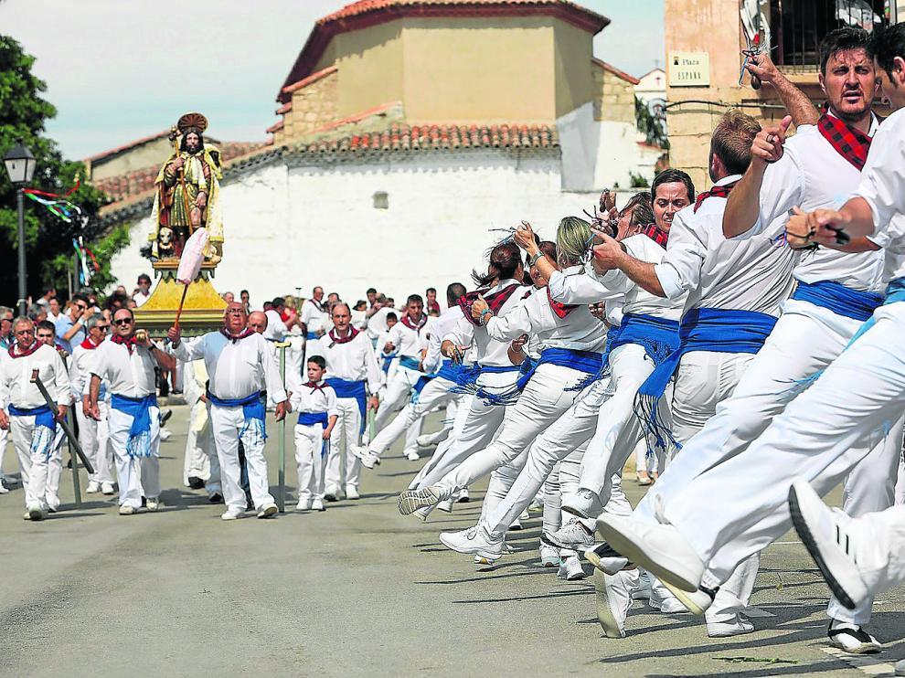 Bailadores de todas la edades muestran sus pasos a San Roque en el final de la procesión.