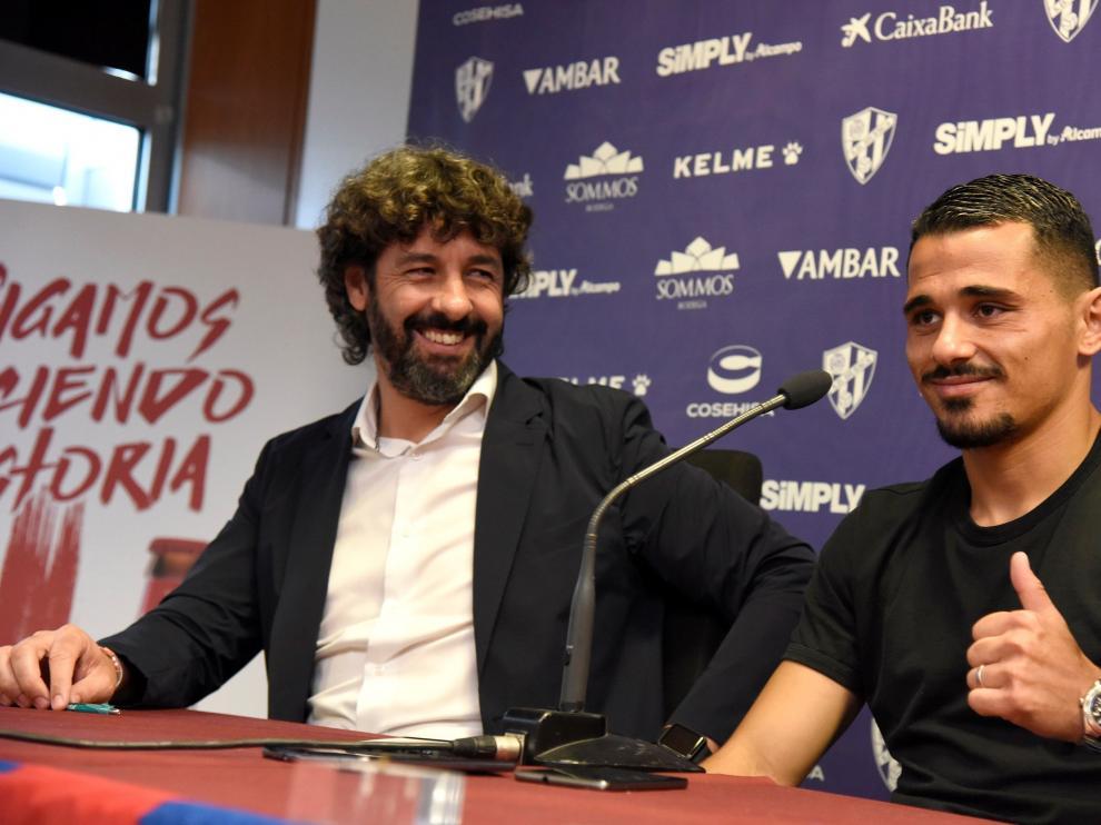 El director deportivo Emilio Vega y el extremo turco de origen francés Serdar Gürler, este jueves durante el acto de presentación del futbolista.