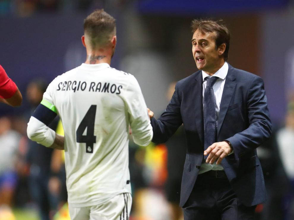 Julen Lopetegui dando instrucciones a Sergio Ramos.