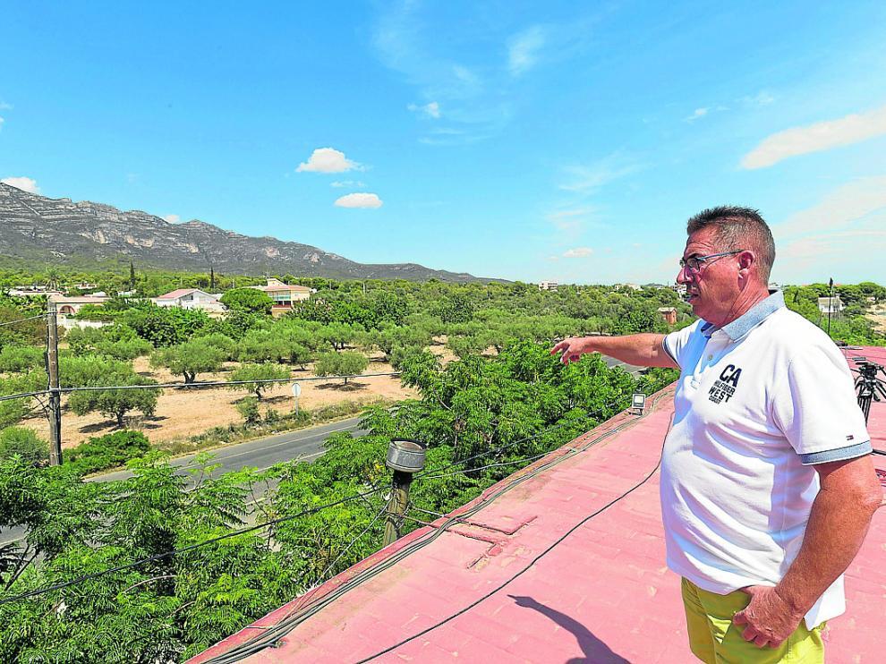 Enfedaque muestra desde la azotea del hostal Montecarlo la casa de Alcanar que explotó.