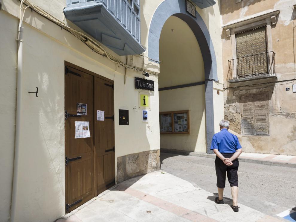 Un vecino camina por la Puerta de Zaragoza, lugar de inicio de la futura ruta adaptada.
