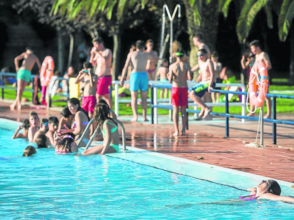 Una jornada en la piscina en el Club Deportivo Municipal La Granja, en Zaragoza
