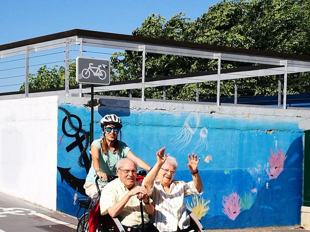 Mayores de Zaragoza paseando por la ciudad gracias a En Bici sin Edad