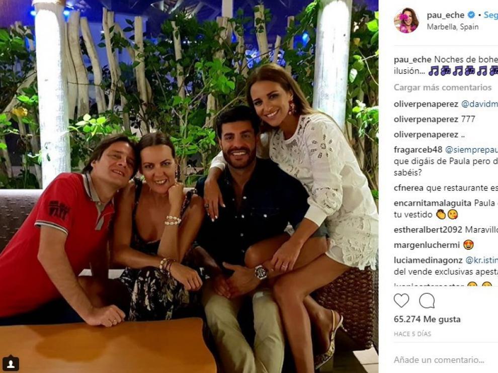 Paula Echevarría posa con su pareja y unos amigos, en una imagen reciente.