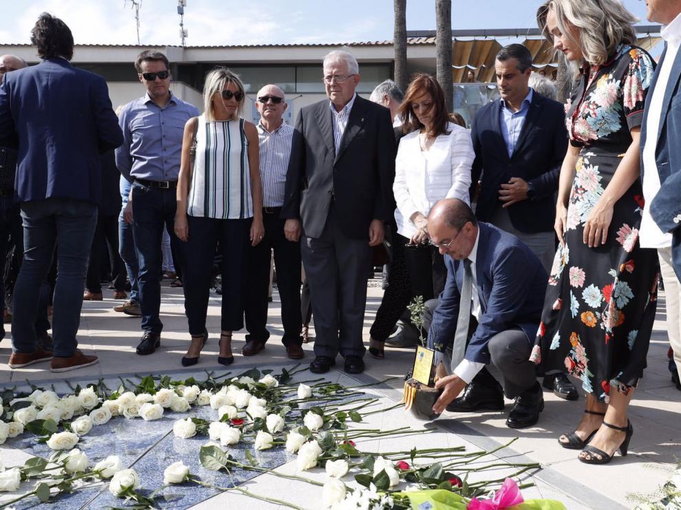 El presidente del Gobierno de Aragón, Javier Lambán, deposita unas flores en homenaje a las víctimas