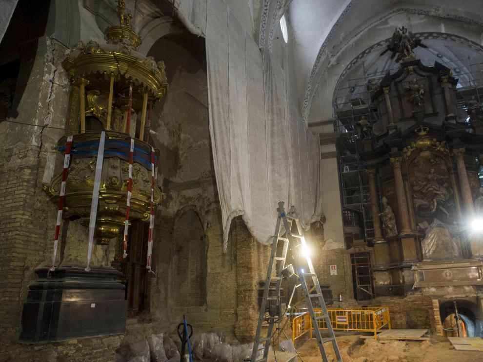 El Arzobispado de Zaragoza se ha hecho cargo de la restauración de los bienes muebles del interior de la parroquia, entre los que destaca el retablo mayor, obra de José Ramírez de Arellano, del siglo XVIII. Existe otro retablo menor, de Damián Forment, troceado en dos capillas del templo.