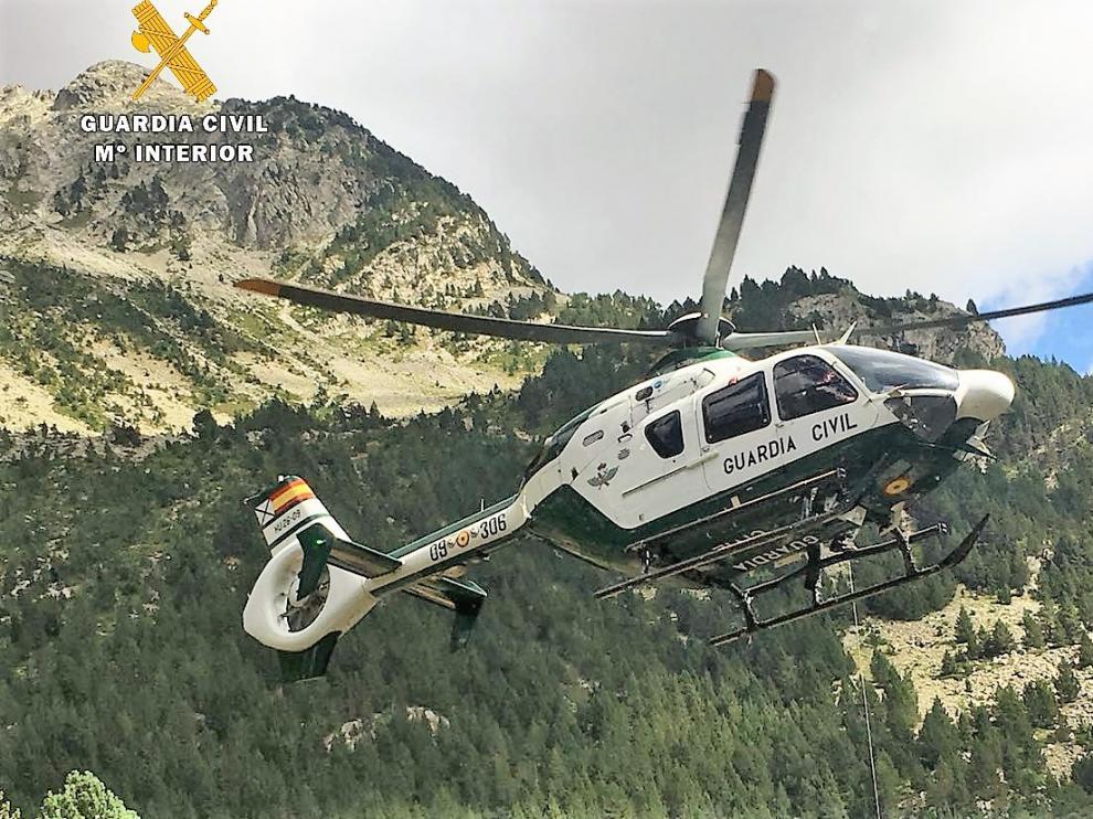 El helicóptero de la Guardia Civil durante una de las intervenciones de este fin de semana.