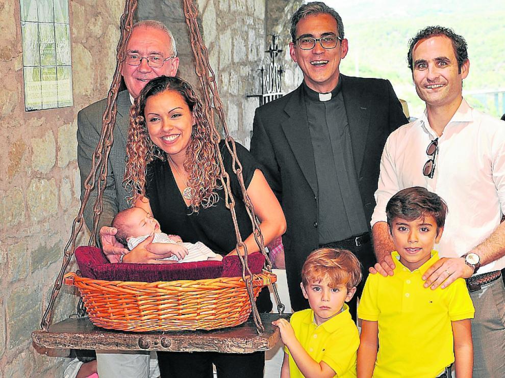 Pesaje de Mía Isabel Durán, de Artasona, en compañía de su familia y el obispo Ángel Pérez.