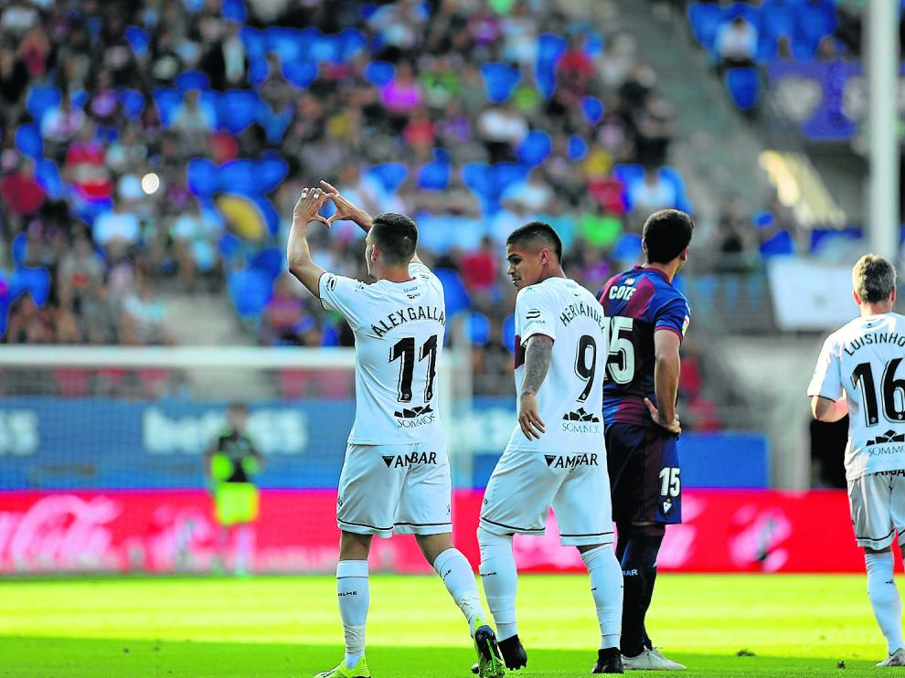 Álex Gallar celebra con un corazón uno de los dos goles que marcó ayer en Éibar.