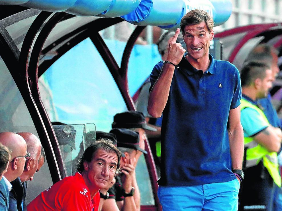 El técnico Leo Franco gesticula durante el encuentro de ayer frente al Eibar.