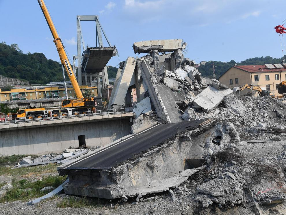 Vista general del puente Morandi tras el derrumbe en Génova (Italia).