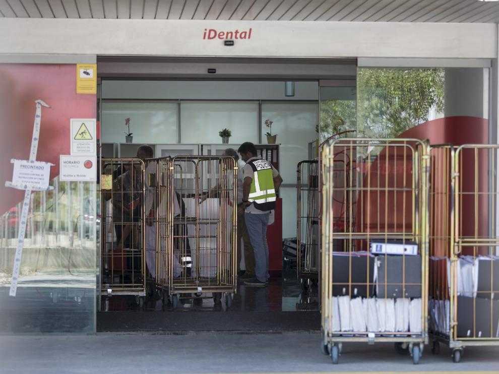 La Policía requisó miles de expedientes de Idental en Plaza. En la foto, contenedores con documentos