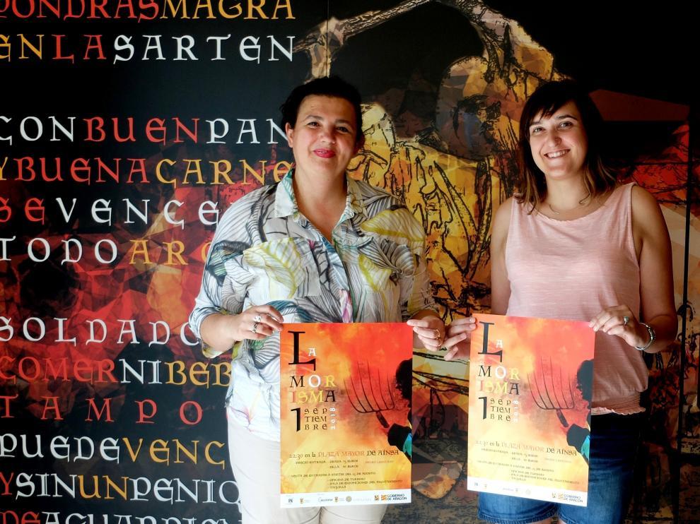 Isabel Bergua, a la izquierda, y Beatriz Salcedo con el cartel de la Morisma.