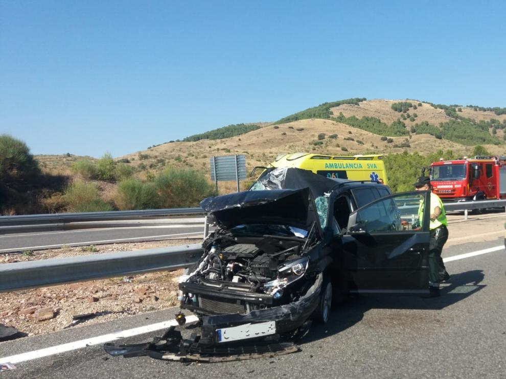 El vehículo ha quedado destrozado tras la colisión con el camión.