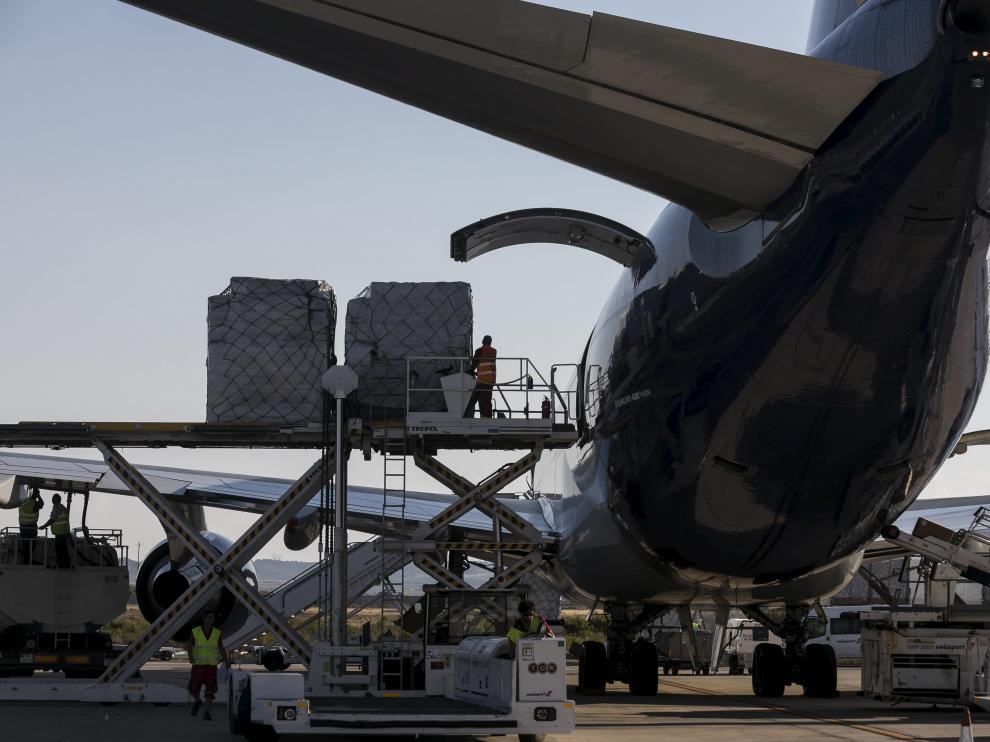 Carga de un avión de Atlas Air, este martes en el aeropuerto de Zaragoza