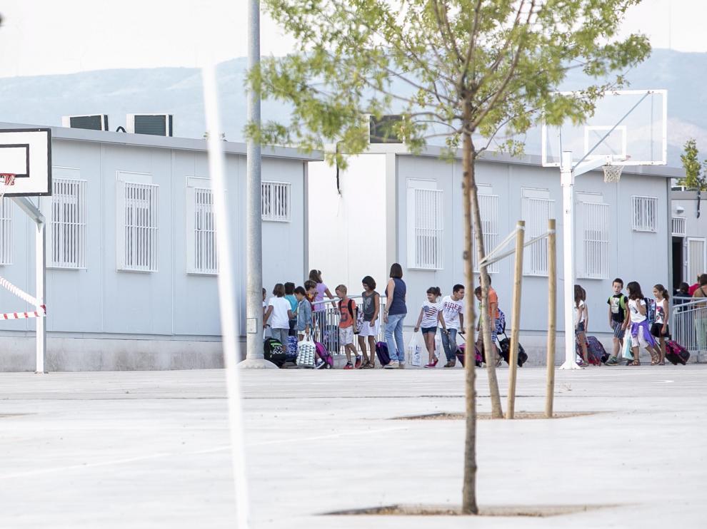 Alumnos del Foro Romano, en Cuarte de Huerva, entrando a uno de los barracones