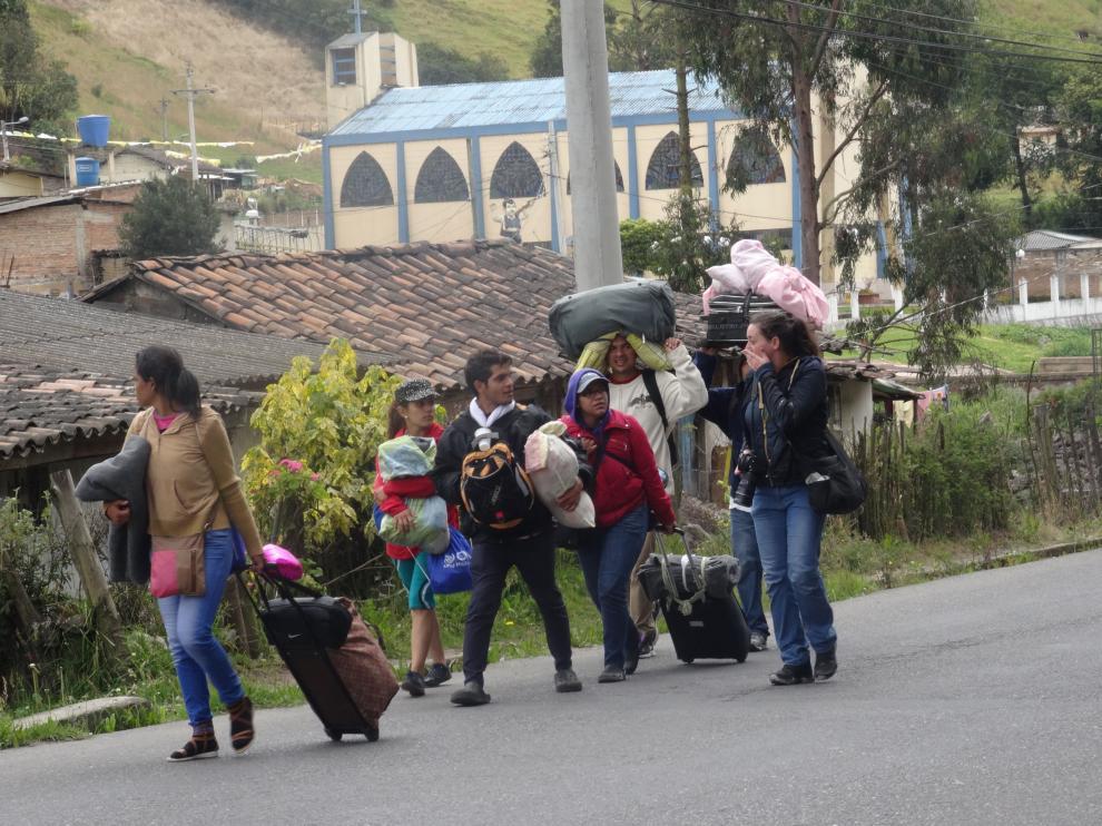 Inmigrantes venezolanos caminan con sus pertenencias a 10 km de Tulcán (Ecuador)