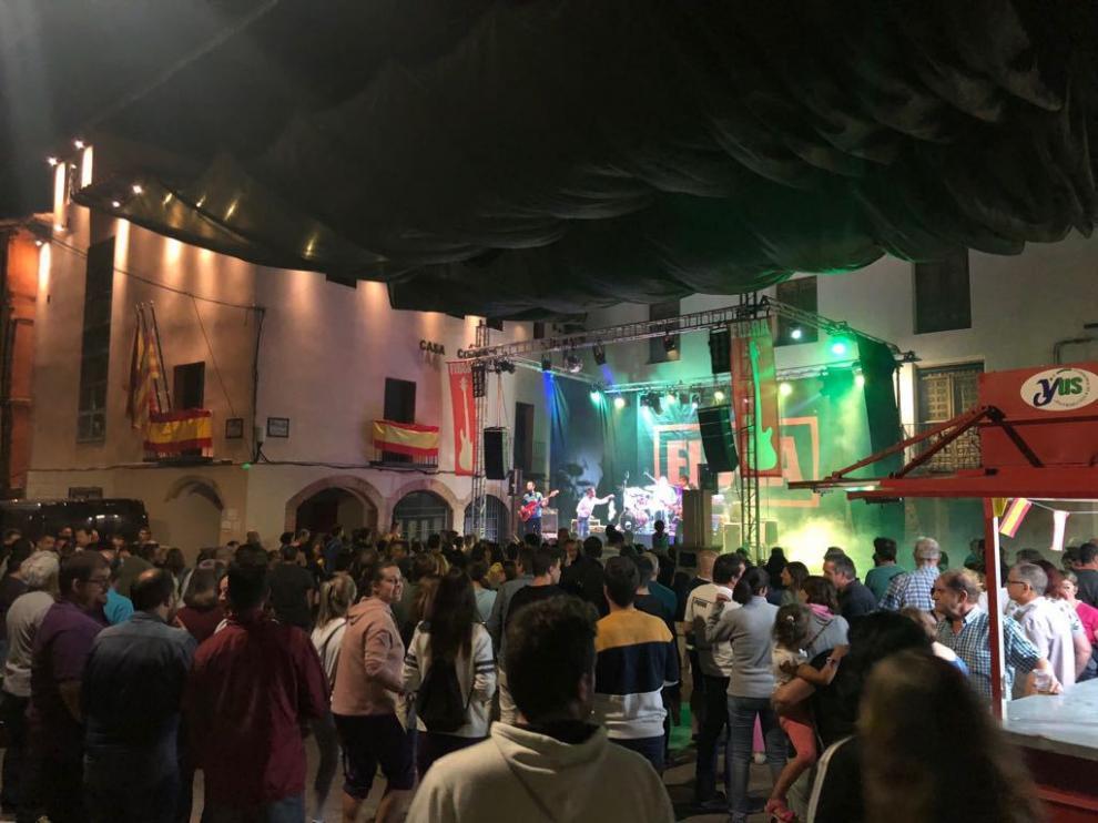 Una concurrida verbena en la plaza de Gea de Albarracín durante las fiestas.