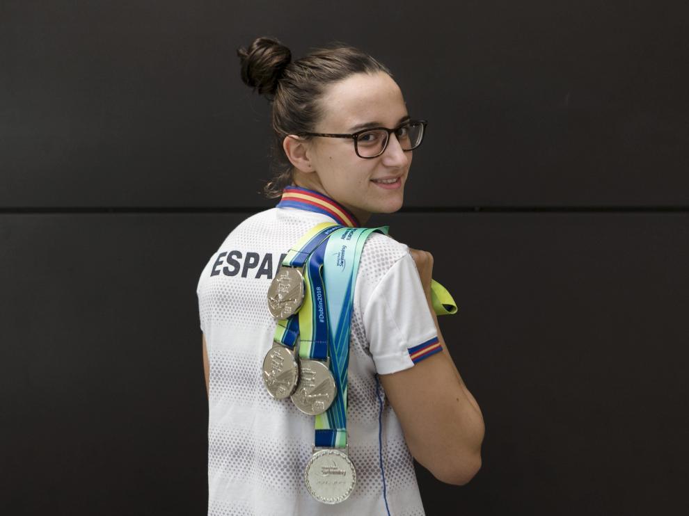 María Delgado, con sus medallas, ayer a su llegada a la estación de Delicias.