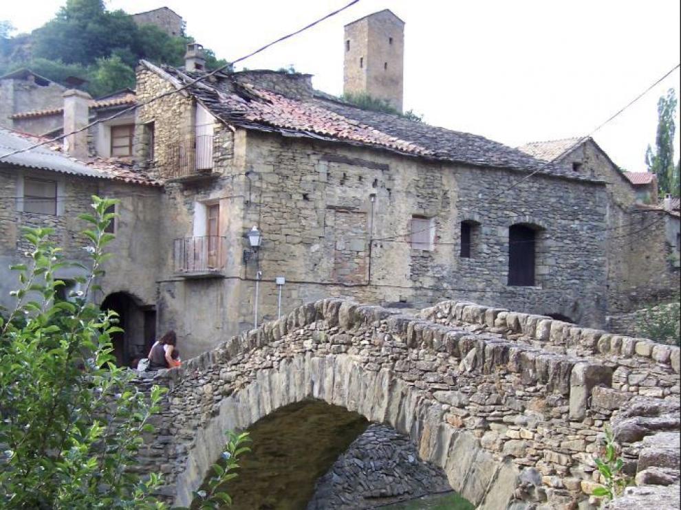 Puente a la entrada de la villa medieval de Montañana, en Huesca.