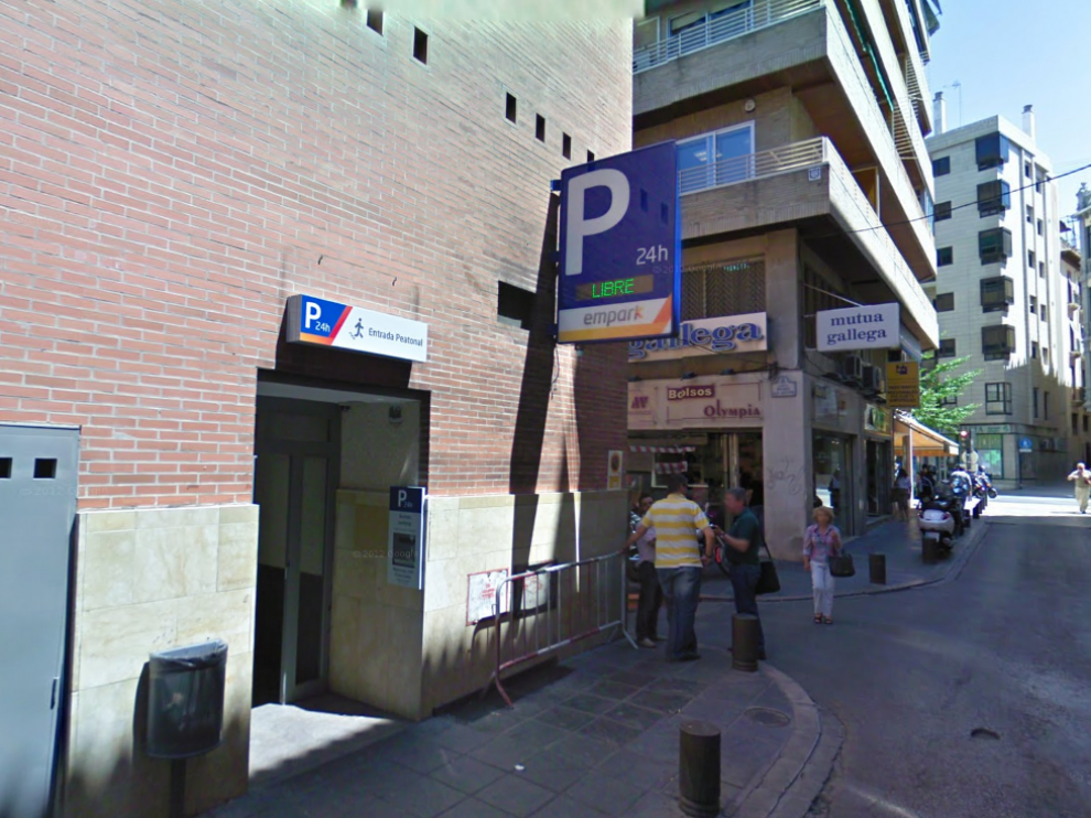 La pareja malagueña encontró la mochila de los turistas en un aparcamiento del centro de Granada.